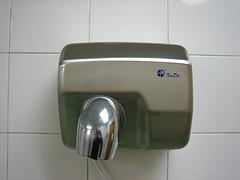 А знаете ли вы, что руки надо вытирать правильно, иначе на них останутся микробы?