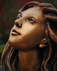 скульптура загорелой девушки