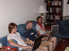 мужчины с ноутбуками на коленях