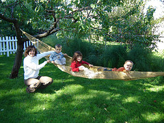 дети в гамаке