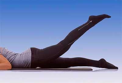 Упражнение - подъем ноги, лежа ничком