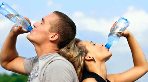 мужчина и женщина пьют воду